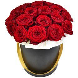 букет 21 червона троянда в капелюшній коробці