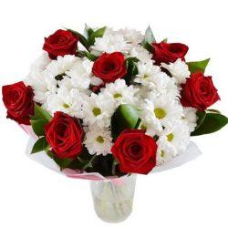 """Букет """"Подарочек"""" красные розы, белые хризантемы"""