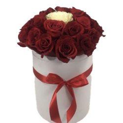 """Коробочка 21 роза """"Неповторимая"""" 20 красных, 1 белая"""