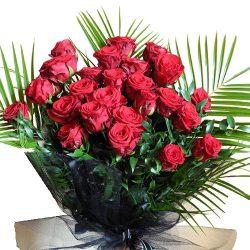 Похоронный букет цветов красные розы и папоротник