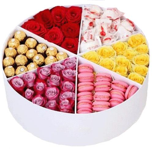 Прихоть богача розы и сладости в шляпной коробке