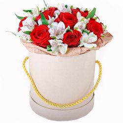 """Шляпная коробка """"Привет"""" красные розы, белые альстромерии"""