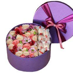 """Шляпная коробка """"Сладкие чувства"""" микс цветов и рафаэлло"""