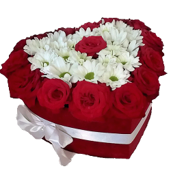 """Коробочка """"Воздушная любовь"""" красные розы и белые хризантемы"""