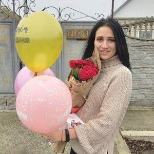 Красные розы и шарики фото доставки
